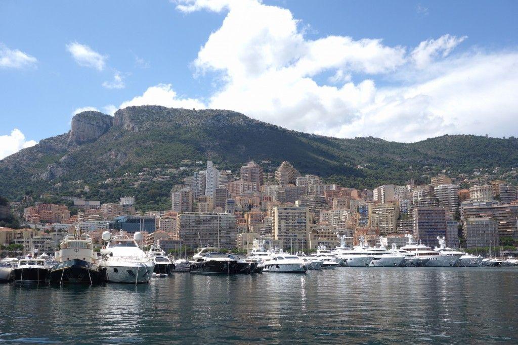 Blick vom Hafen auf Monaco
