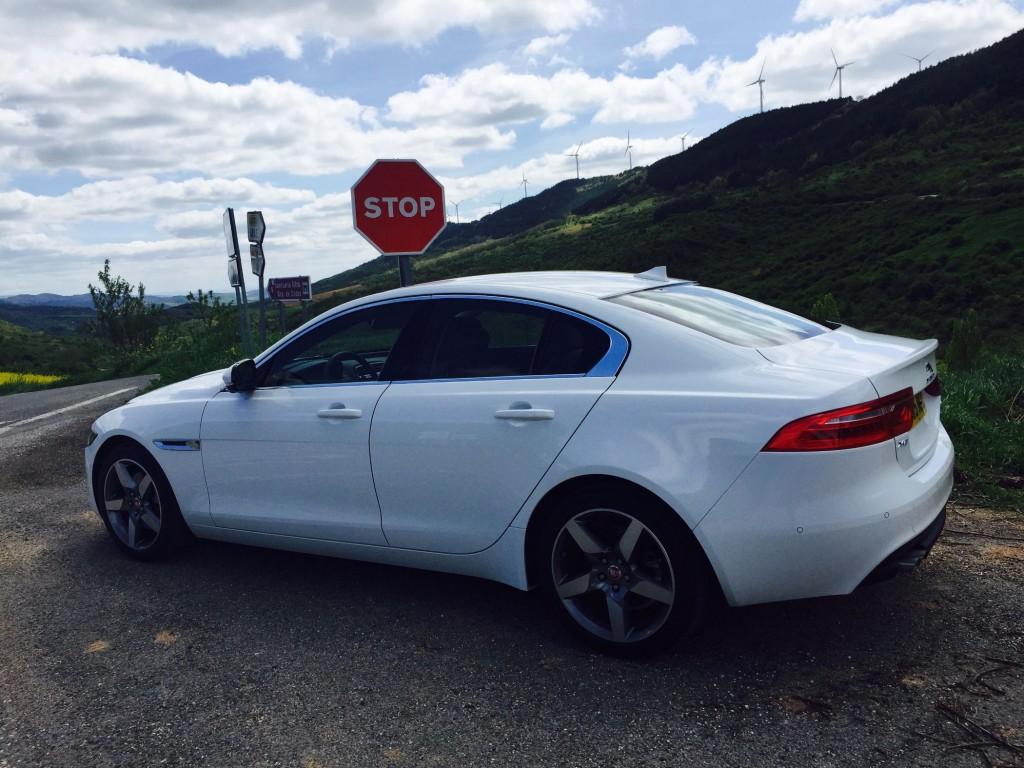 Jaguar XE von hinten Seite