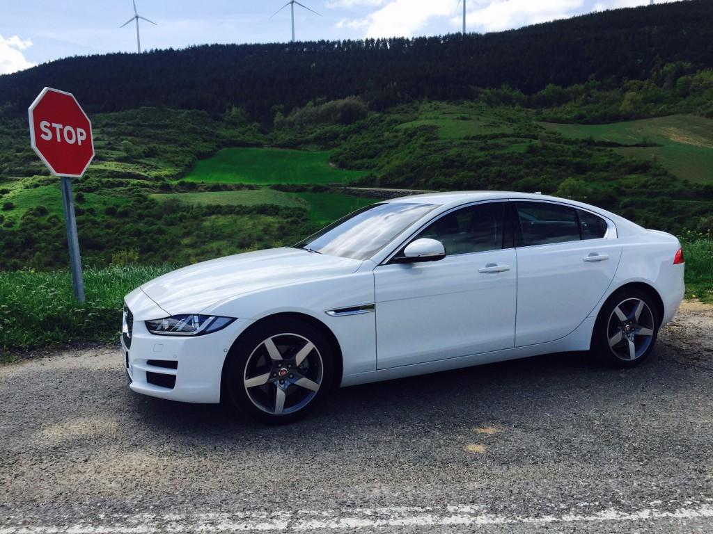 Jaguar Xe seitlich