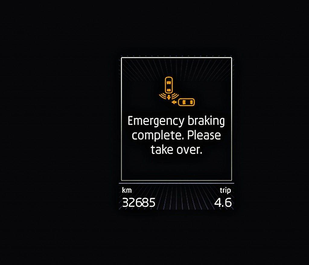 Nachdem die ŠKODA Sicherheitssysteme in Gefahrensituationen eingegriffen haben, wird der Fahrer über eine Nachricht im Display aufgefordert, wieder die Kontrolle zu übernehmen.