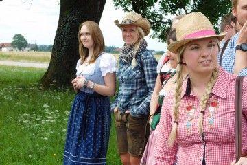 Auf Bierwallfahrt in Altötting sind auch diese jungen Damen unterwegs
