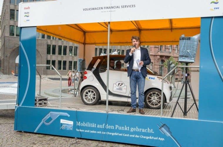 Moderator Gerrit Reichert präsentiert die Sieger: Axel und Sebastian Tomczak gewannen die 7. Nordeuropäische E-Mobil-Rallye in einem gemieteten Smart Fortwo Electric Drive