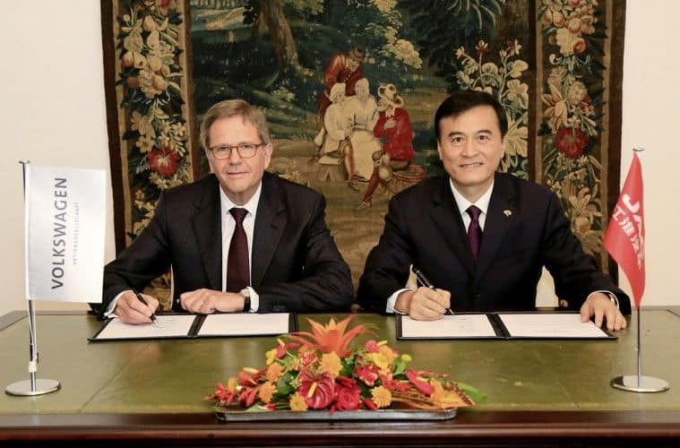 VW-Vorstand Prof. Dr. Jochem Heizmann, CEO der Volkswagen Group China, und JAC-Vorstandsvorsitzender An Jin