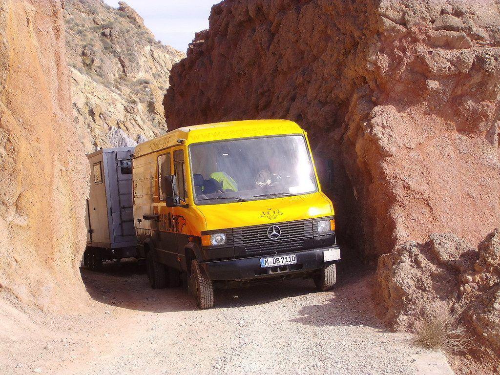 Mercedes-Benz 711 mit Eigenbau-Wohnwagen
