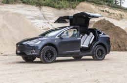 Dank der Spezialbereifung von Delta4x4 hat das Tesla Model X auch auf Kies jede Menge Grip