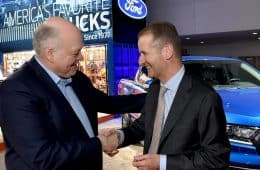 Von links: Jim Hacket und Herbert Diess auf der NAIAS 2018.