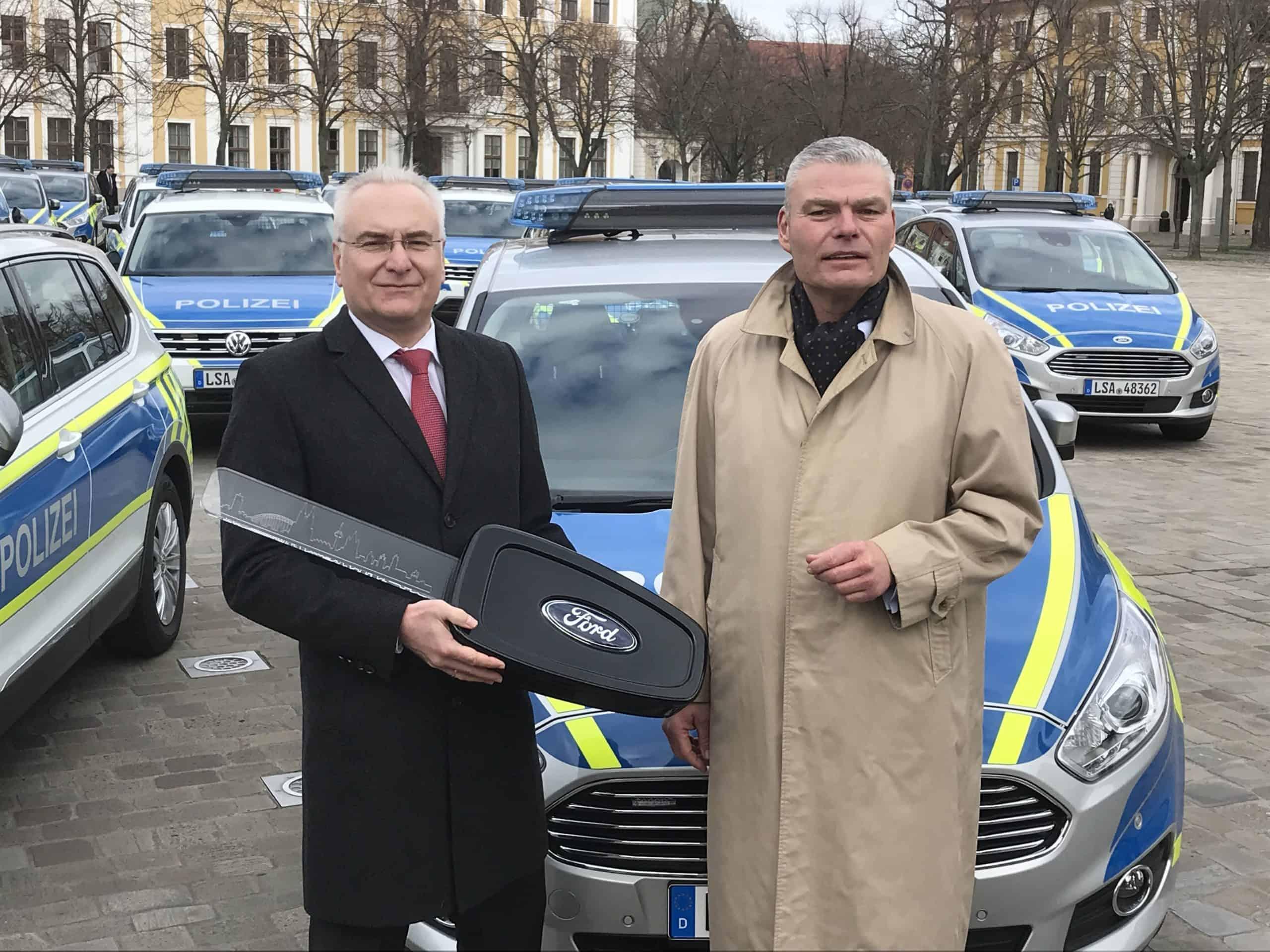 Ford übergibt 47 S-MAX-Funkstreifenwagen an das Land Sachsen-An